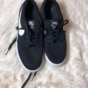 Nike sz 5 boys
